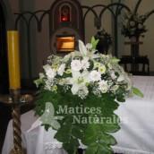 Arreglo de Flores Sobre Altar
