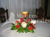 Candelabro con rosas y alstromerias
